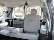 Széles és rövid ülőfelületű a hátsó üléspár