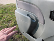 Opciós a parányi zseb. Az első ajtót a keskeny résbe kapaszkodva lehet behúzni
