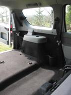 A pakolást megnehezíti, az ülés elhelyezését megkönnyíti a padló moziszerű emelkedése