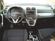 Az autó jellegéhez igazodik a jól áttekinthető és kezelhető műszerfal. A műszerfalra emelt váltó az átjárás lehetőségét is megteremti