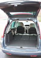 Az üléstámlák hátáról lehajtható támlahosszabbításokkal a Citroënben teljesen sík raktérpadló alakítható ki. A középső sor ülőlapjai a támlákhoz is állíthatók, a küszöb nélkül rakodható poggyásztér a Fordénál jobban variálható