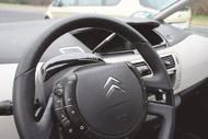A kapcsolók zömét a kormánykarima közepén fixen álló légzsák köré építették a Citroën tervezői. A váltó és a kézifék  az autóipar történetében talán először végre méltó helyére került: átlagos kapcsolók lettek a műszerfalon