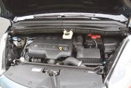 Az eltérő borítás ellenére a motorok alapja azonos. A Citroën könnyűfém gépházteteje gyakorlatilag súlytalan