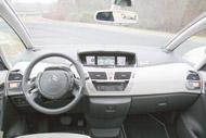 A Citroën  egyedi műszerfala tetején két méretes rekesz is van, borítása megjelenésében és tapintásában finom. A tetőbe nyúló szélvédő lehajtható, tologatható napellenzővel árnyékolható, a világos tónusú műszerfal azonban a Fordéhoz hasonlóan tükröződik a szélvédőben, és ezen a fémes betétek csak rontanak