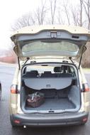 Az S-Max csomagtere némi küszöbön át rakodható, ürege azonban minden variációban nagyobb a Picassóénál. A hátsó üveg  nyitási lehetőségét a Citroënnel szemben felárért sem kínálja a Ford