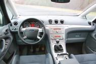 A Ford műszerfala hagyományos felépítésű, sportos stílusú. Figyelemre méltó a EuroNCAP-törésteszten is jópontokat hozó méretes térdhely. Az ülések tömésükkel, hangsúlyos oldaltartásukkal szintén a sportvonalat hozzák, a fémes borítású középső alagút technós  hangulatot sugároz, ám helypazarló