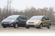 A 16 colos kerekeken gördülő Citroën buszosabb, a 17-eseken feszítő Ford sportosabb formavilágú. Az S-Max szélesített sárvédőjébe vájt szellőzőnyílásai céltalan formai elemek, a C4 Picasso műanyag első sárvédői a kisebb koccanásokat nyom nélkül viselik el