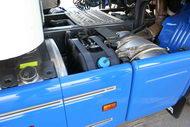 Nem összekeverni! Az SCR-el szerelt kamionoknál a kék kupakosba kell az AdBlue segédanyagot, a fém kupakosba pedig a gázolajat tankolni