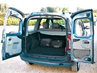 Szinte elvész a két bőrönd a hatalmas puttonyban. A kárpitozás nem igénytelen, az ajtóhatároló egyszerű mozdulattal kikattintható, és az ajtó 180 fokig tárul
