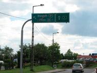 A felvétel idején már két hete használhatták a közlekedők a 7-es út budapesti kivezető szakaszára vezető hidat. A tábla szerint mégsem lehet arra menni. Aki hisz a feliratnak, jókorát kerülhet