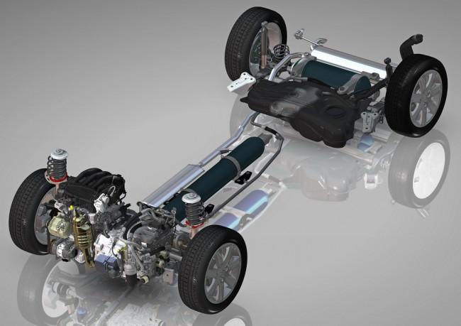 1.A rendszer alapfelépítése: látszik a nagynyomású tartály a padlólemez alagútjában, és a kisnyomású is hátul keresztben. Elöl balról jobbra előbb az 1,2-es háromhengeres benzinmotor, majd a robotváltó, és sötétebb szürkével a váltóhoz csatlakozó szivattyú és hidromotor látható. A benzinest menet közben a váltón keresztül a hidromotor, álló helyzetben a generátor indítja be