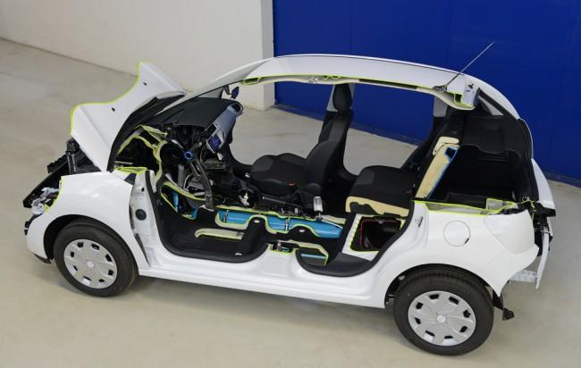 A próbaautók 208-as Peugeot-k és Citroën C3-asok. A nagynyomású tartály (kék) csúcsnyomása 350 bar