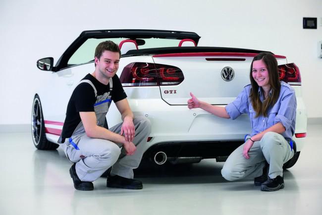 Weltpremiere in Rot-Weiss-Rot: Das Golf GTI Cabriolet Austria/Vanessa Amato (23, Fahrzeuglackiererin) zeigt auf die Brembo-Bremsanlage mit flashrot lackierten Bremssaetteln. Das Golf GTI Cabriolet Austria ist ein Fahrzeugprojekt der Berufsausbildung von Volkswagen.