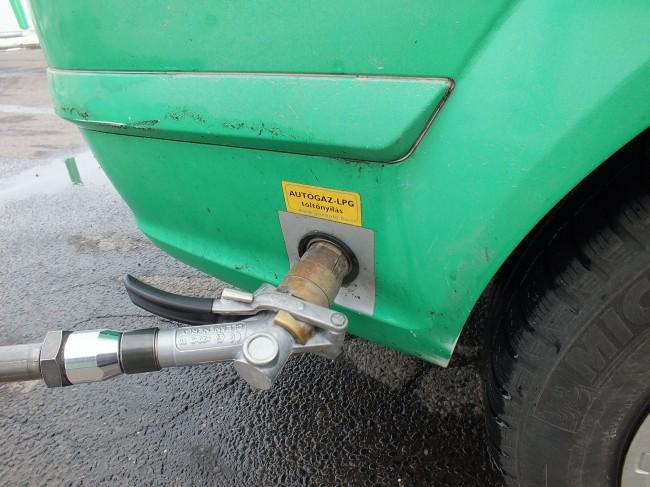 A töltés ma már rutinmunka, ám egyelőre nincsenek automata kutak Magyarországon, így mindenütt kezelőszemélyzet végzi a tankolást. Ahogy a benzinnél, a gáznál is nagy, literenként akár 30 forintos, eltérések lehetnek az egyes kutak árai között