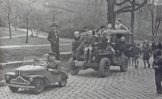 Erőfitogtatáson a harmadik törpeautó a budai Apród utcában, a 175 cm3-es léghűtéses DKW-motorja különleges differenciálon át mindkét hátsó kerekét hajtotta
