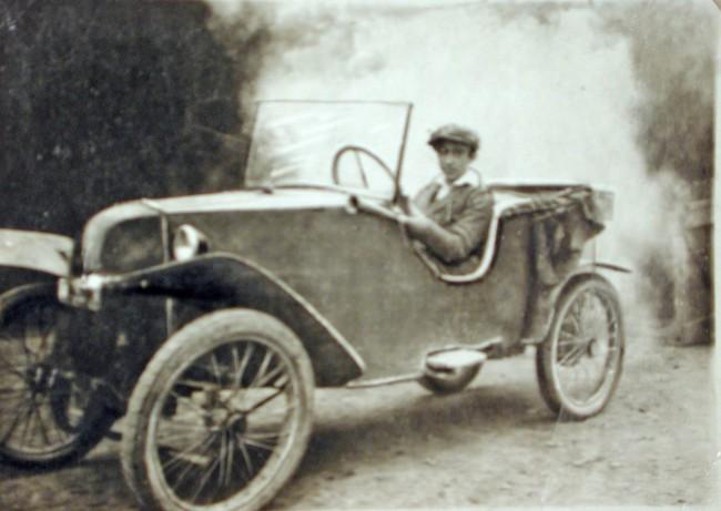 """Az első autójában az 1924-es, kétütemű, kéthengeres 500-as, kétsebességes, 250 kg-os, francia Sima Violettben. """"Korengedéllyel"""", barátja születési kivonatával szerezte jogosítványát"""