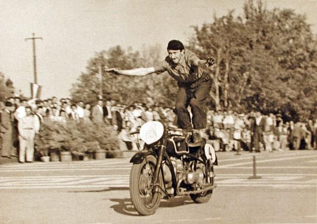 A nagyobb ünnepeken motoros bemutatókat is tartott. Hétfokú létrát szerelt motorjának hátsó ülése fölé és az akkor négyéves fiával a nyakában, menet közben felmászott rajta