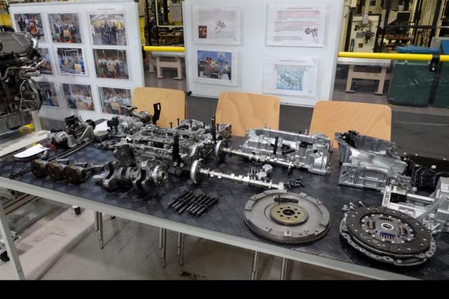 Darabokban a vadonatúj 1,0 l-es, 115 LE-s, háromhengeres turbómotor. A negyedik tréningnapon ezt is szét-, majd összeszerelik a gyakornokok