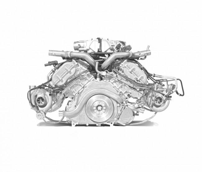 A csupa alu 3,8-as V8-as gyökerei egészen a 90-es évek végéig, egy Nissan versenymotorig nyúlnak vissza. A P1-ben szárazkarteres kenésű, és új a főtengelye is