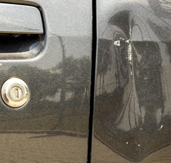 Az ilyen rányitásos horpadás javításához már lakatos vagy bontóból vásárolt ajtó kell. Az új lemezt gyakran fémtisztára csiszolják, csak, hogy ne legyen túl vastag a javítás után a festés, és az autót hibátlanként lehessen eladni. Közben meg oda a rozsdavédelem