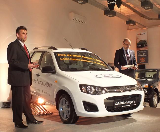 Az első Magyarországra érkezett Lada, a Kalina kombi leleplezése a bemutatkozó sajtóeseményen. A 2,349 millió forintos árral csak a Dacia Logan MCV tud versenyezni