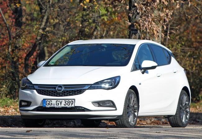 Astra: Borsot akar törni az Opel a Golf orra alá, és az új Astrával erre minden esélye megvan; igényes és tágas belső, sokféle motor, köztük 1,0 l-es turbós benzines és 1,6-os, szentgotthárdi dízel. Hamarosan kombiként is kapható lesz