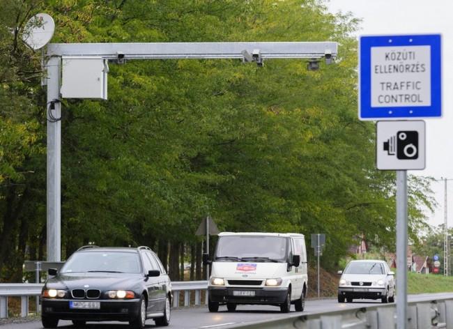 Bocskaikert, 2015. szeptember 28. A traffipaxokat felváltó új Véda közúti intelligens kamerahálózat egyik egysége, egy fix telepítésû komplex közlekedési ellenõrzõ pont (kkep) a 4-es fõúton Bocskaikertnél 2015. szeptember 28-án. A Véda várhatóan 2015 végére épül ki teljesen. MTI Fotó: Czeglédi Zsolt