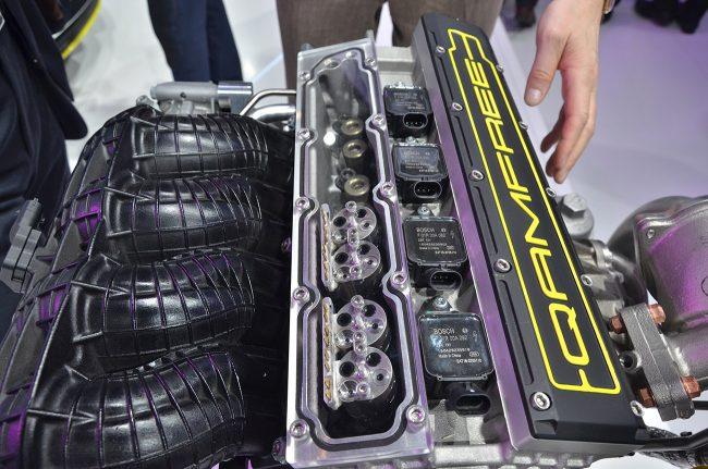 A Quoros-motor szívóoldali szelepfedél nélkül. Jól látszanak a szeleppáronkénti elektro-hidro-pneumatikus egységek
